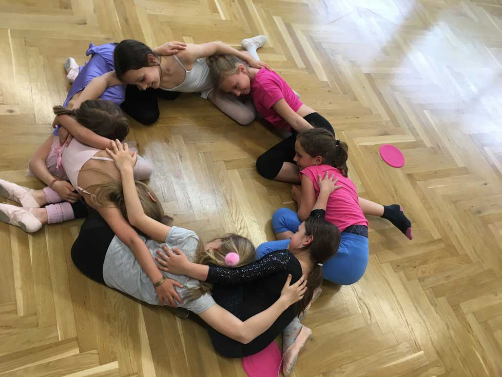 plesna šola (2) , slika naj bo tudi glavna na rubriki domov, namesto tiste, kjer deklice visijo kot perilo na lestvinah
